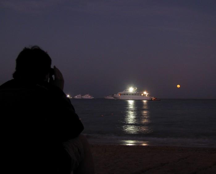 Попов смотрит на море