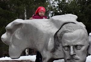 Памятник Сибелиусу и девочка, Хельсинки