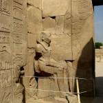 Египет, Луксор, Карнакский храм, статуя охраняет вход
