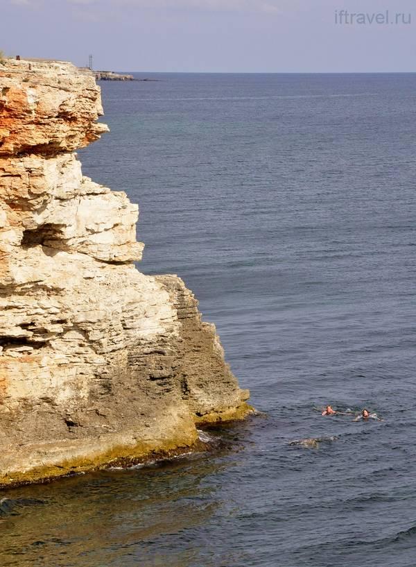 ГАК плавает вокруг скалы