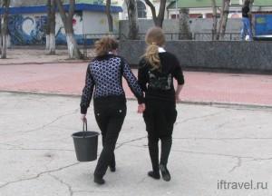 Дети моют Памятник Феодосийскому десанту