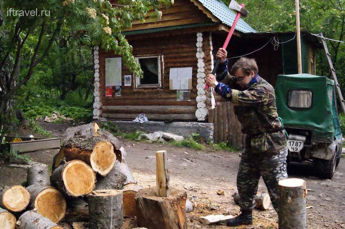 Иванов с колуном на Таганае