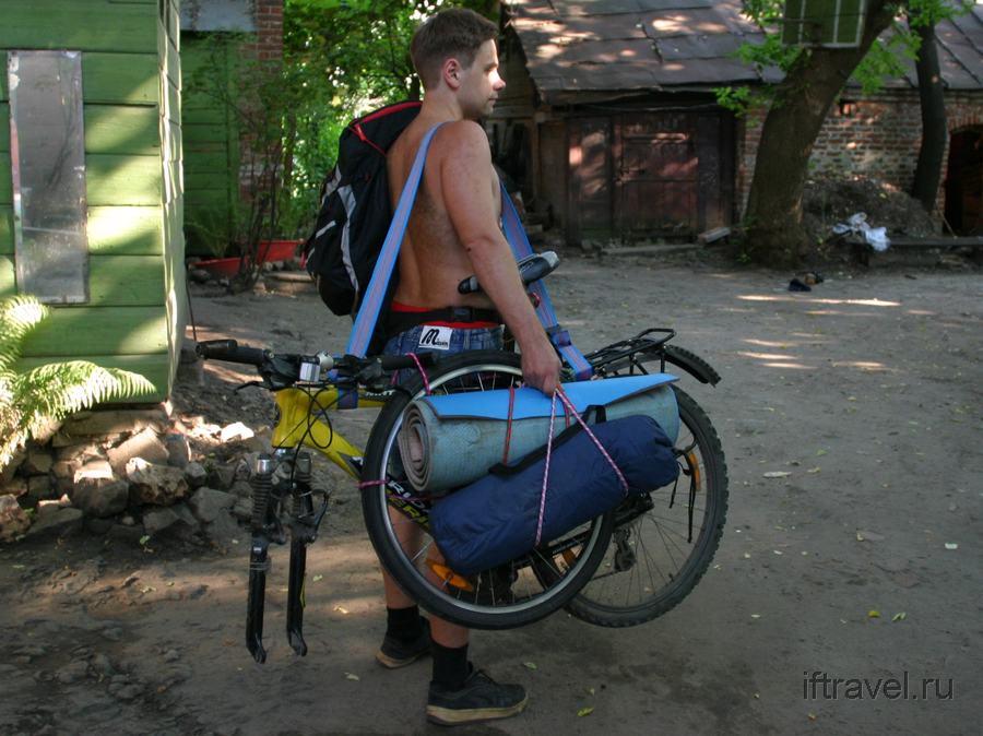 Велосипед едет на человеке