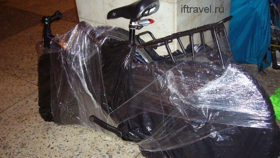 Велосипед тщательно замотанный в пленку и пакеты