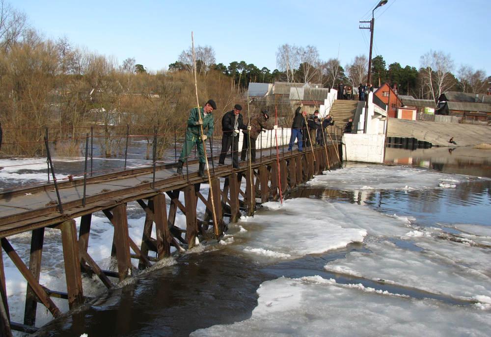 Мужики на плотине долбят лед