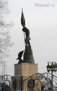 Холм чести, русский солдат с орлом