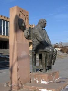 Памятник Фрунзику Мкртчану, Гюмри