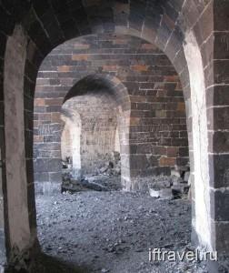 Черная крепость, внутри стен