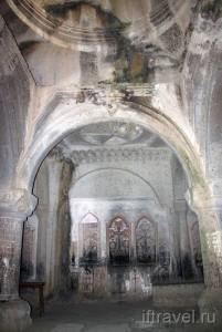 Гегард, пещерная церковь на 2 ярусе