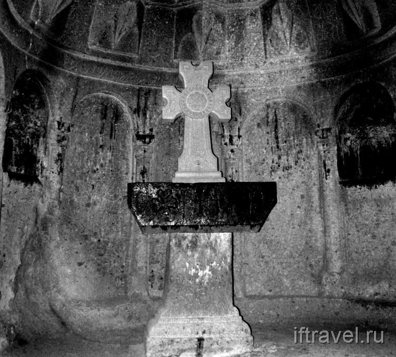 Гегард, не то хачкар, не то просто крест в пещерном храме