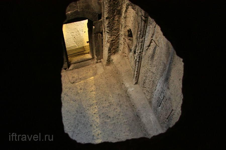 Усыпальница Прошьянов, вид через дырку в потолке