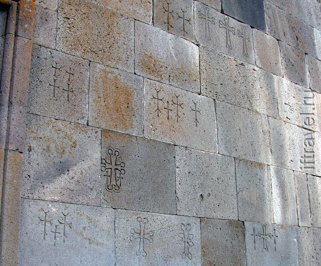 Монастырь Кечарис: минималистические кресты