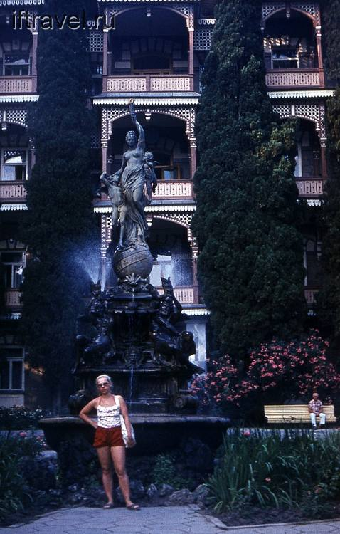 "Тетушка на фоне фонтана ""Ночь"", Гурзуф"