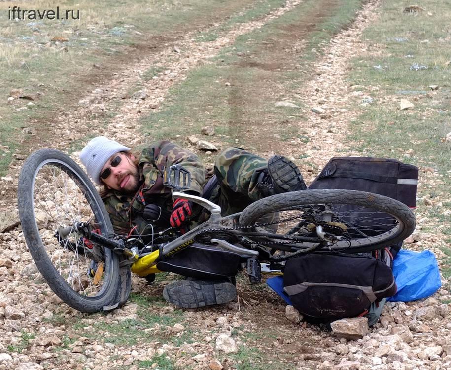 Иванов под велосипедом