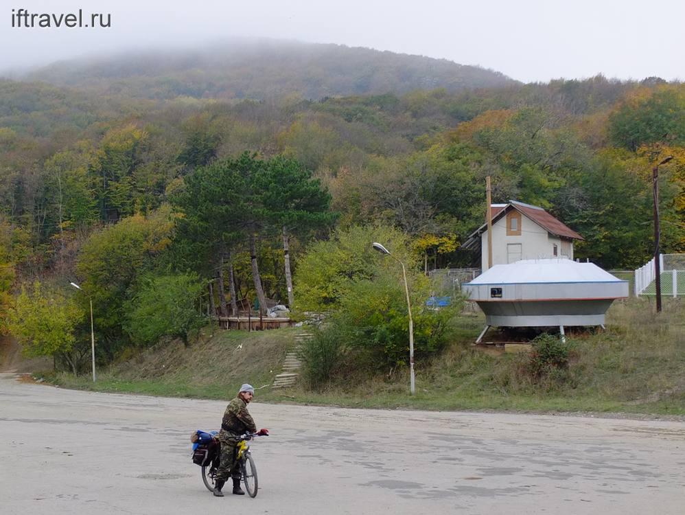 Площадка с домиками и инопланетный объект