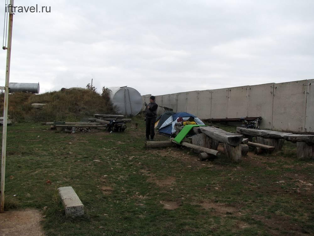 Попов и наш лагерь на спелеобазе