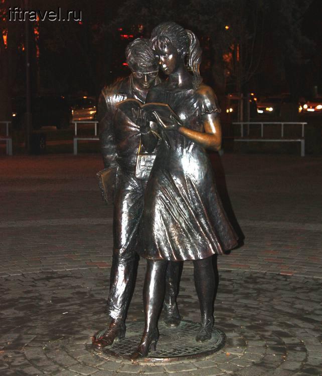 Шурик и Лидочка на улице Красной