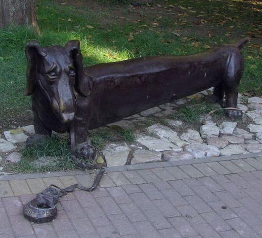 """Такса-скамейка в парке """"Ривьера"""""""