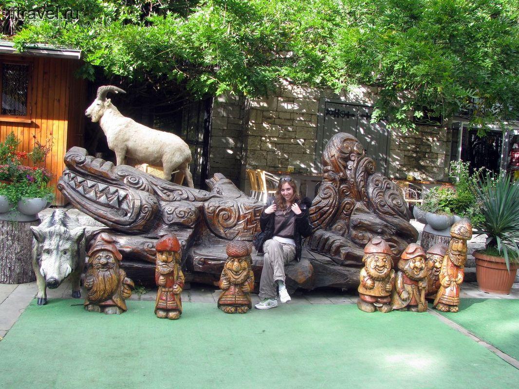 Развлекалочки у подножья башни на Ахуне