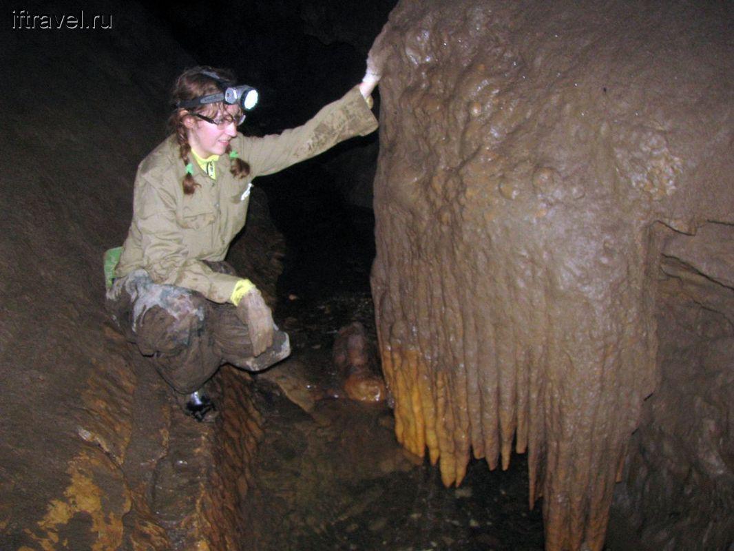 Юля разглядывает покрытые глиной натеки