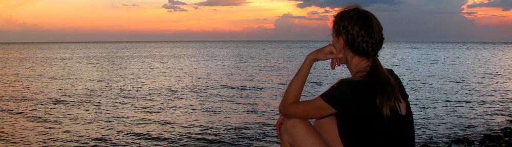 Елизарова смотрит на море