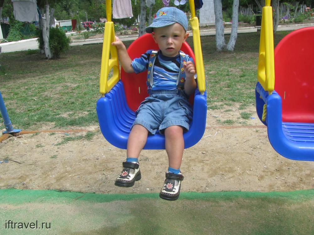 Малыш Александр на качелях