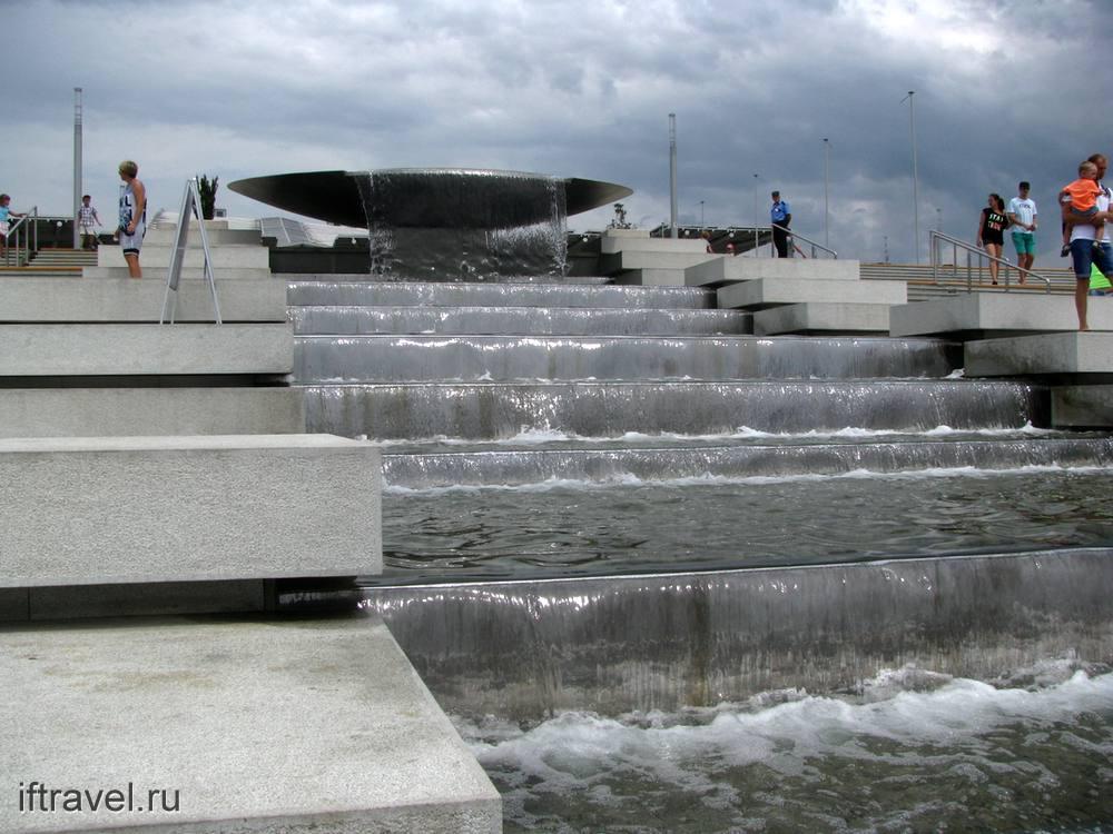 Фонтан у входа в Олимпийский парк