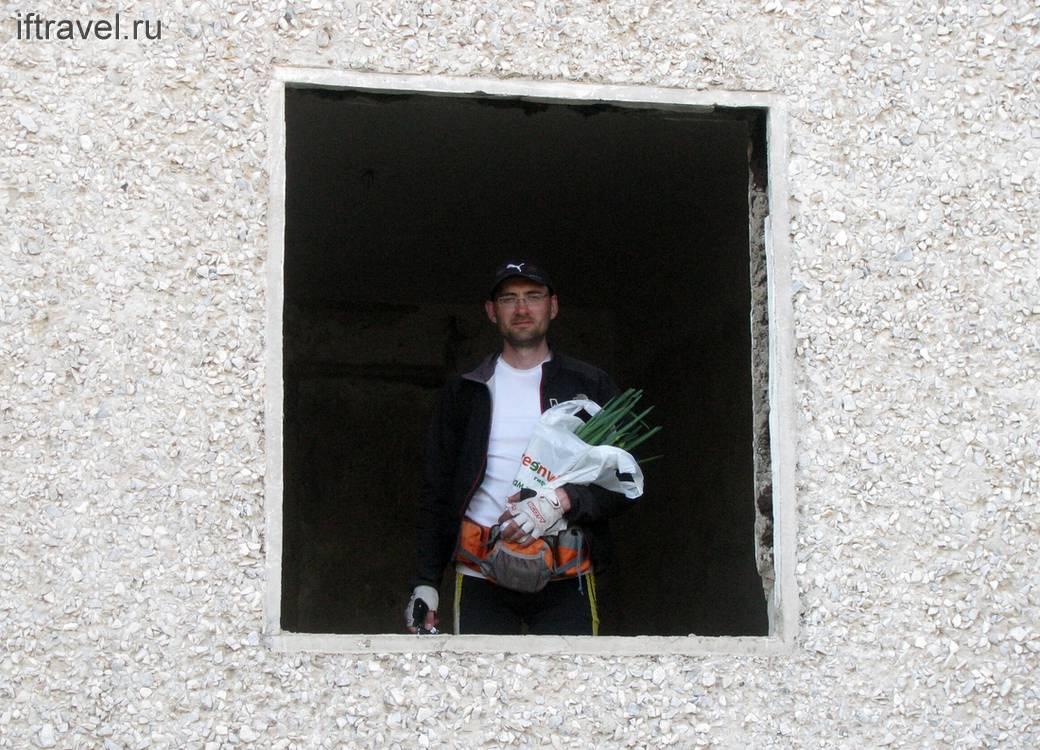 Андрей с луком в новом жилище