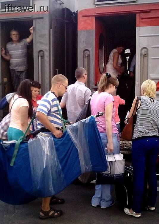 Начало пути: погрузка в поезд