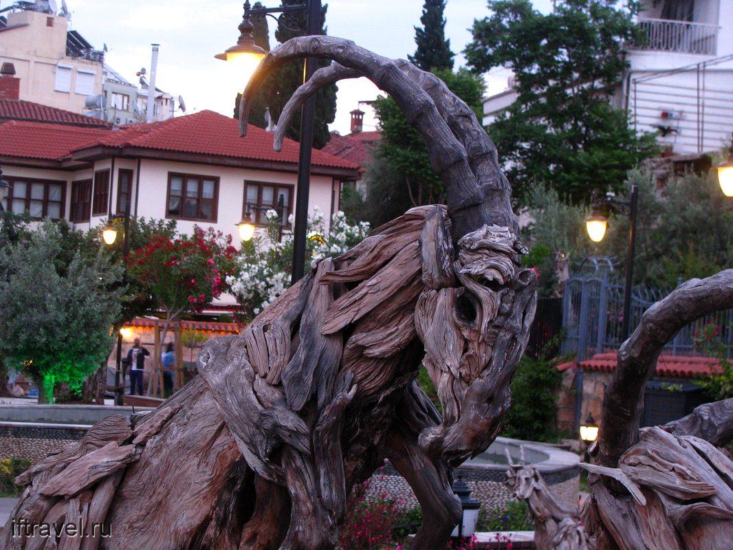 Деревянная скульптура в старом городе