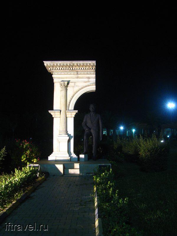 Скульптура на автовокзале Анталии