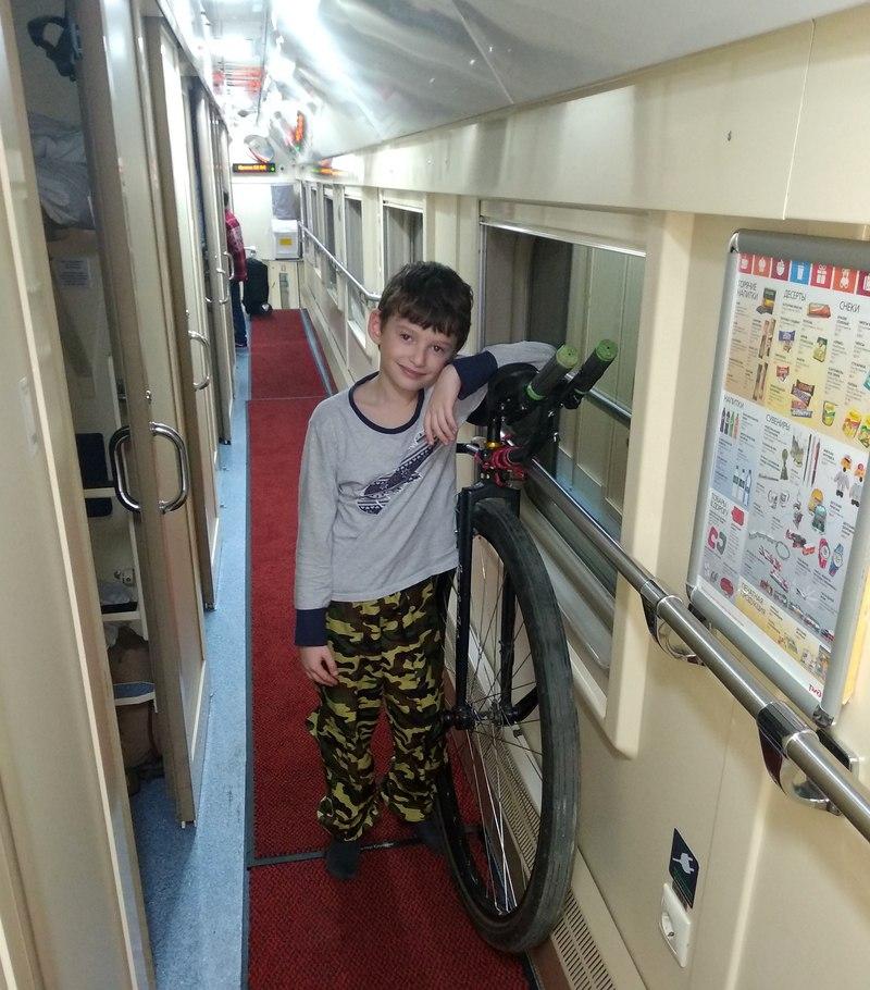 уницикл в двухэтажном вагоне и мальчик