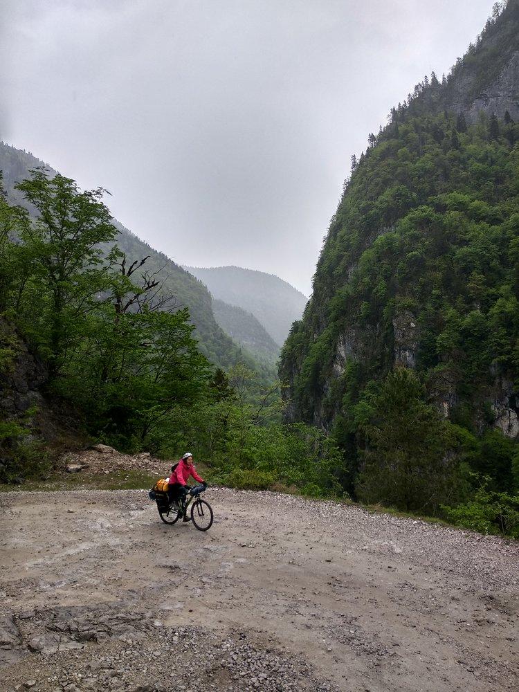 Спуск от Гегского водопада